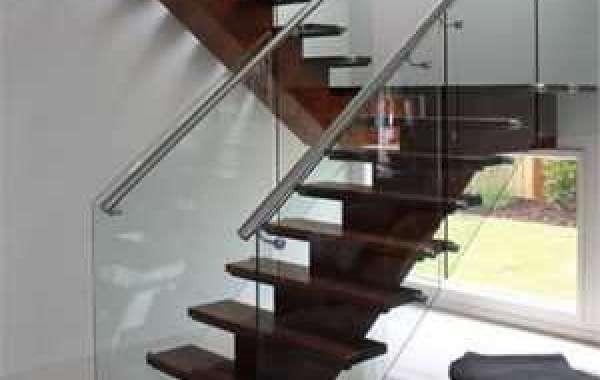 Thiết kế cầu thang kính kín bậc mang lại nhiều may mắn